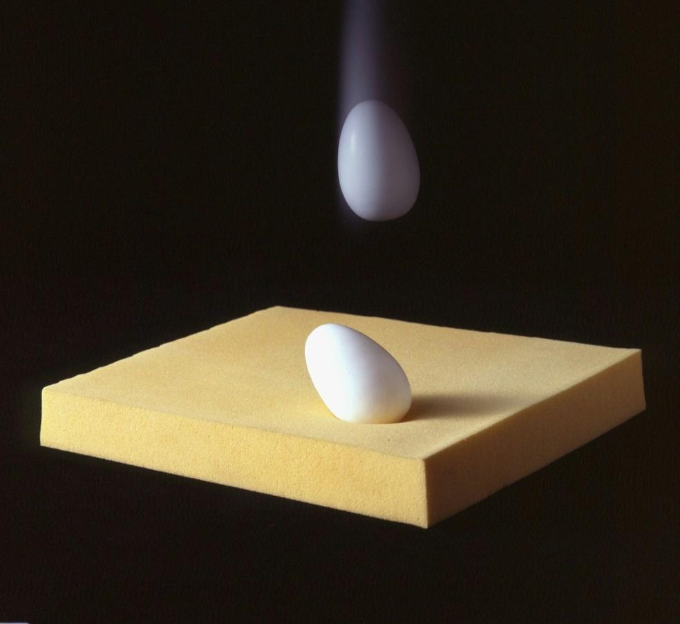 低反発に卵を落とす