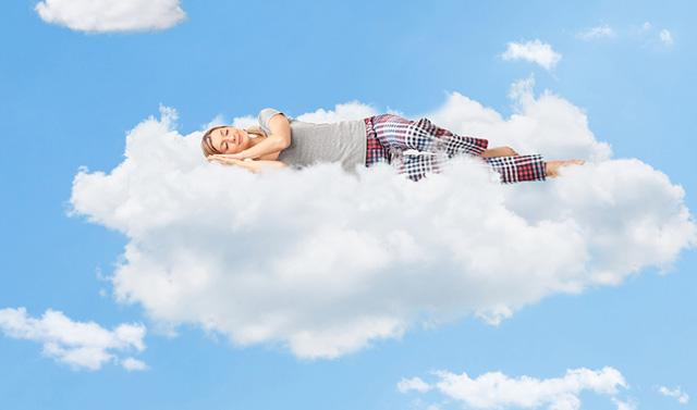 雲の上で眠る女性